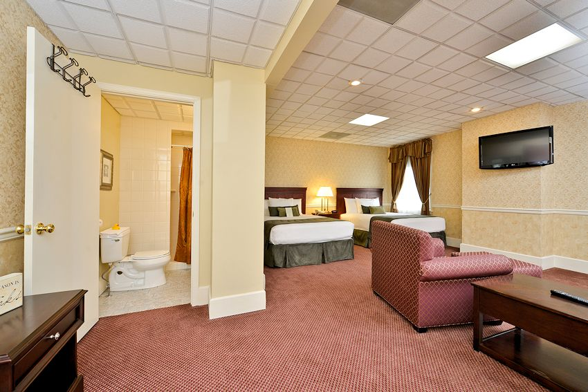 Genetti Hotel & Suites - Traditional Queen Guestroom